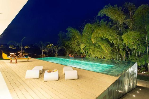 outdoor-living-house-with-art-gallery-influence-10-pool-deck.jpg