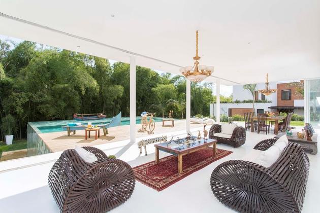 outdoor-living-house-with-art-gallery-influence-13-indoor-outdoor-furniture.jpg