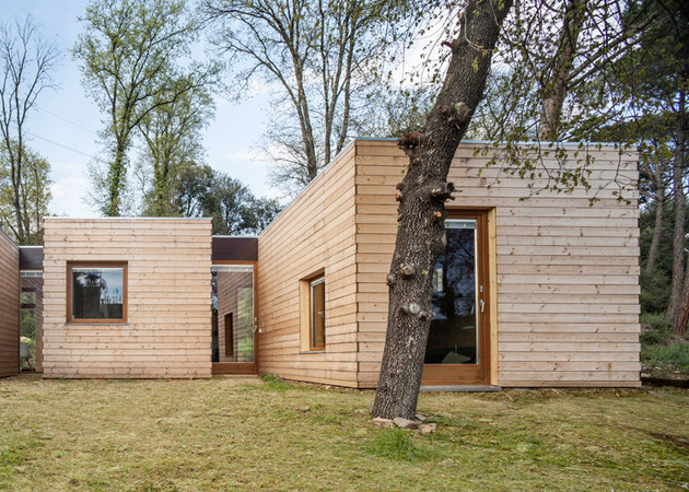 6-prefabricated-wood-boxes-1-energy-efficient-house-4-entrance.jpg