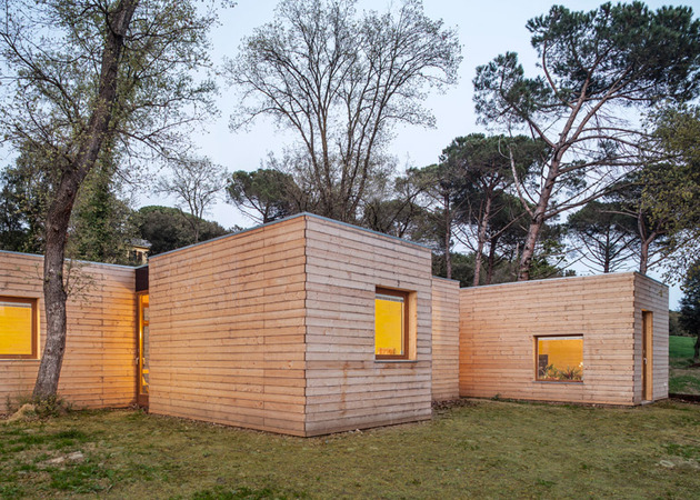 6-prefabricated-wood-boxes-1-energy-efficient-house-7-side.jpg