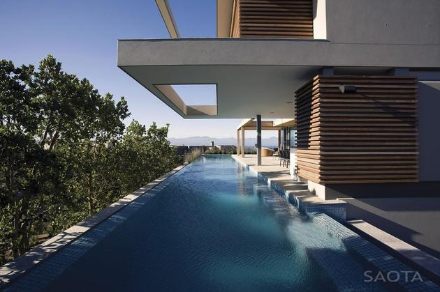 home-embraces-indoor-outdoor-lifestyle-steps-down-slope-20-pool.jpg