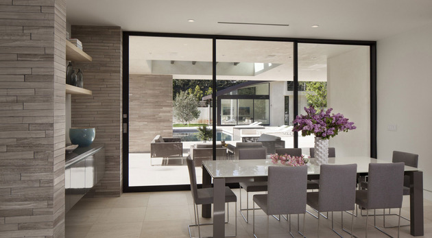 home-glass-screen-water-features-entry-courtyard-17-eating.jpg