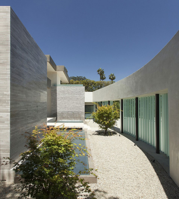 home-glass-screen-water-features-entry-courtyard-5-courtyard.jpg