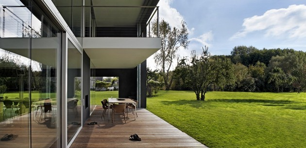 house-closes-concrete-cube-covering-glazed-areas-15-deck.jpg