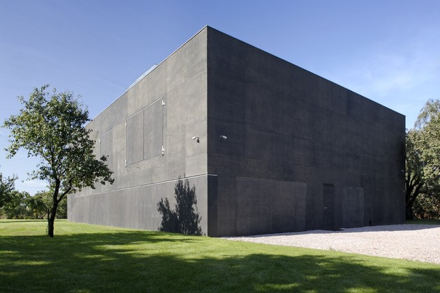 house-closes-concrete-cube-covering-glazed-areas-19-closed.jpg