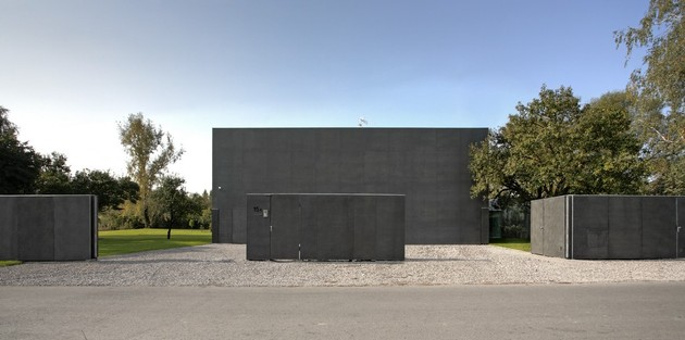 house closes concrete cube covering glazed areas 2 street thumb 630xauto 43062 Safe House: Amazing Home Closes into Solid Concrete Cube