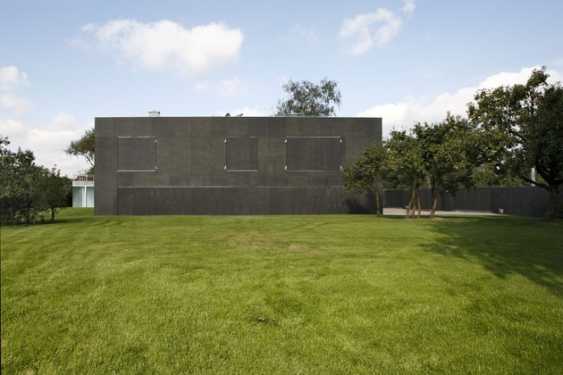 house-closes-concrete-cube-covering-glazed-areas-4-closed.jpg