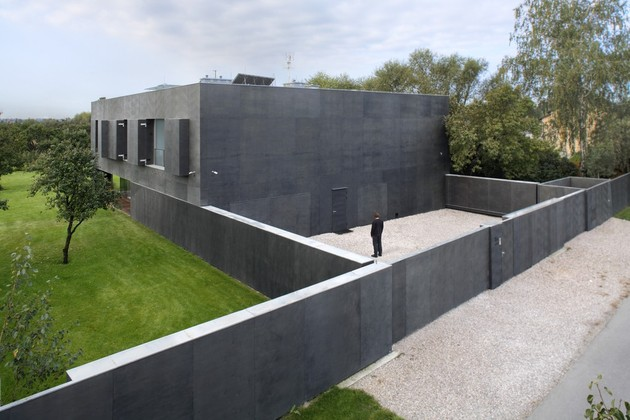 house-closes-concrete-cube-covering-glazed-areas-5-closed-land.jpg