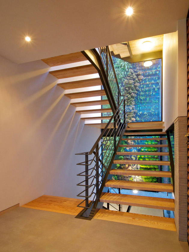 indoor-outdoor-zones-accentuated-vertical-gardens-7-stairs.jpg