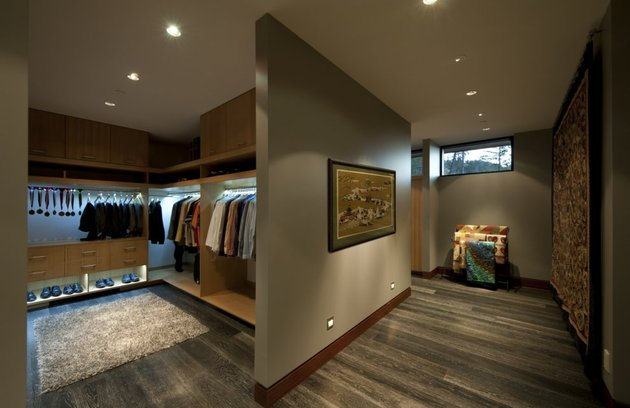 its-all-details-beautiful-lakeside-home-11-closet.jpg