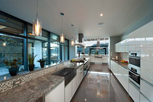 its-all-details-beautiful-lakeside-home-17-kitchen.jpg