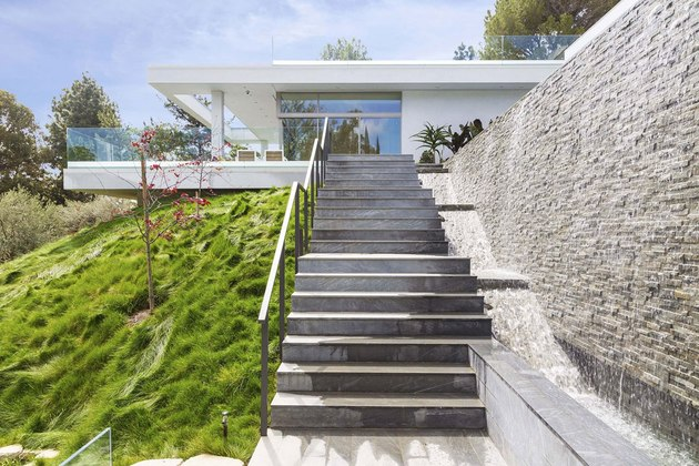 luxury-los-angeles-house-with-rooftop-decks-7-lawn-stairs.jpg