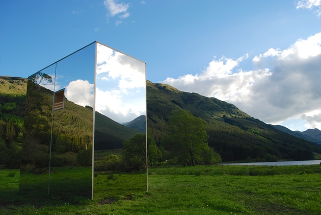 mirrored cabin reflects landscape materializes in out view 2 thumb 630xauto 44286 Mirrored Cabin Reflects Landscape as it Materializes In and Out of View