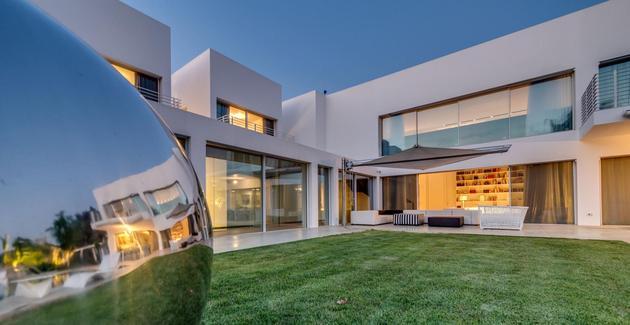 outdoor-focused-house-with-independent-rooftop-bedrooms-12-sculpture-corner.jpg