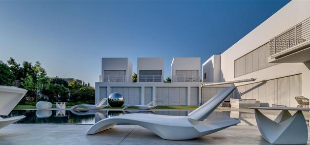 outdoor-focused-house-with-independent-rooftop-bedrooms-9-lounge-chair-day.jpg