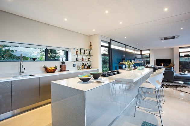 saturated-blues-pool-interiors-lush-green-landscape-10-kitchen.jpg