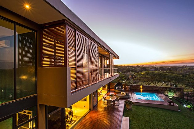 saturated-blues-pool-interiors-lush-green-landscape-13-louvers.jpg
