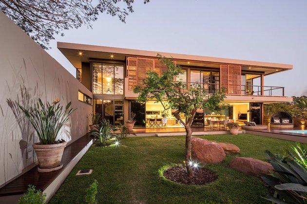 saturated-blues-pool-interiors-lush-green-landscape-17-yard.jpg