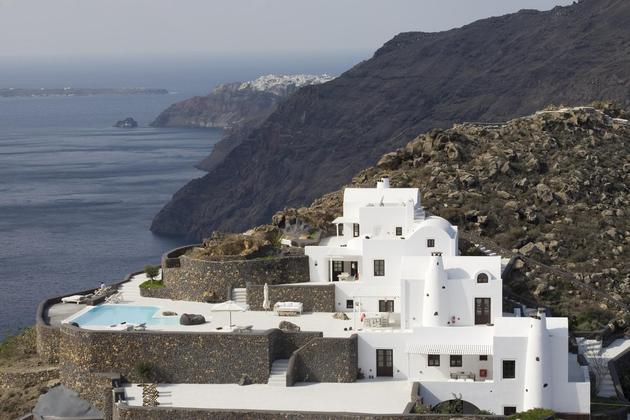 amazing views architecture place stay 2 site thumb 630xauto 45542 Amazing Cycladic Architecture on the Edge of the Caldera