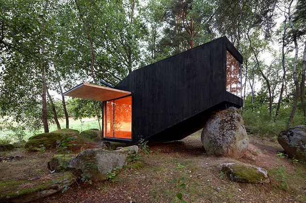 cute cabin deep forest shelter elements 1 exterior thumb 630xauto 45261 Cute Forest Cabin Supported by a Boulder