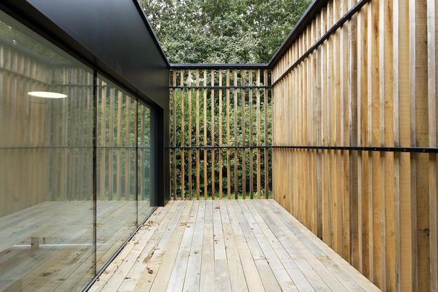 glass-living-edge-wood-clads-house-contrasts-28-terrace.jpg