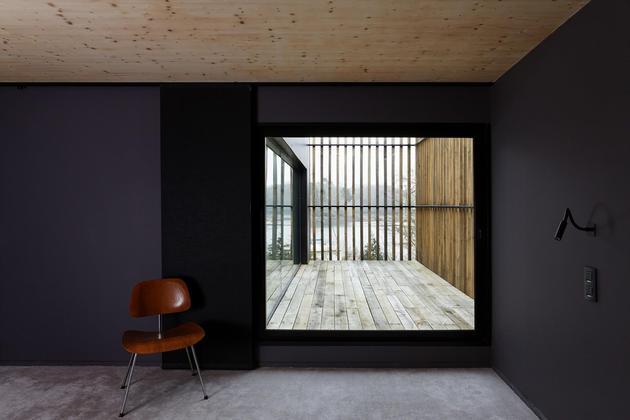 glass-living-edge-wood-clads-house-contrasts-30-terrace.jpg