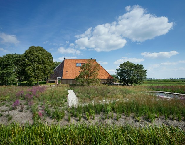 historic dutch farm buildings hide modern homes 2 far closed thumb 630xauto 45717 Historic Dutch Barn Hides Modern Home