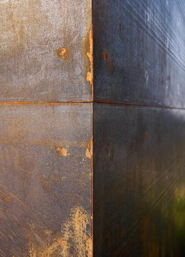 oxidized-steel-bedroom-tower-presides-house-pool-8-steel.jpg