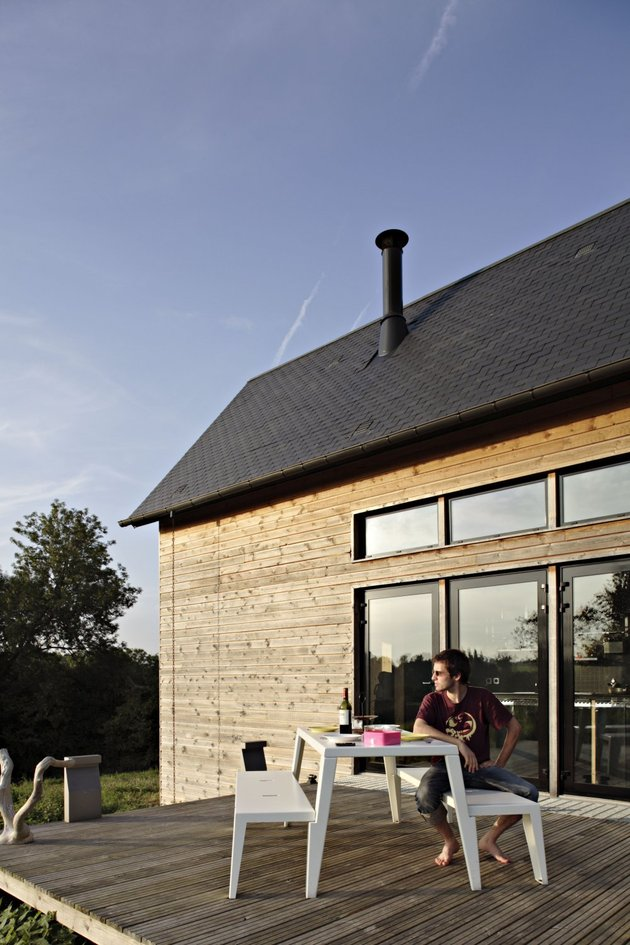 barn-style-weekend-cabin-embraces-simple-life-10b-exterior.jpg