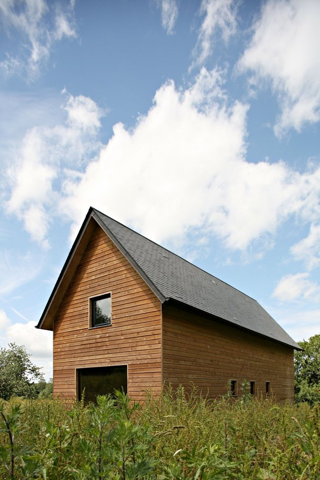 barn-style-weekend-cabin-embraces-simple-life-4a-exterior.jpg