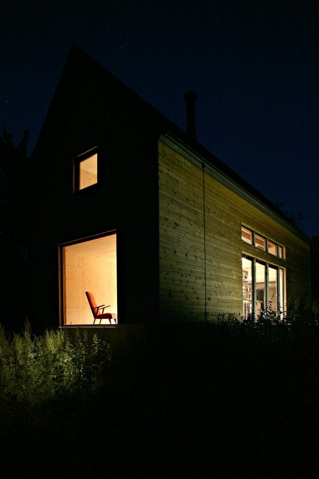 barn-style-weekend-cabin-embraces-simple-life-4b-exterior.jpg