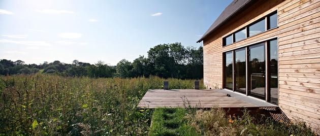 barn-style-weekend-cabin-embraces-simple-life-9-deck.jpg
