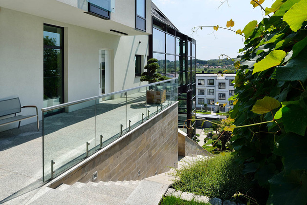 glass-elevator-multiple-levels-slope-house-25-side-terrace.jpg