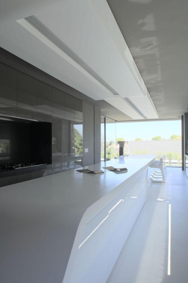 sculptural-spacious-home-2-pools-lake-19-kitchen.jpg