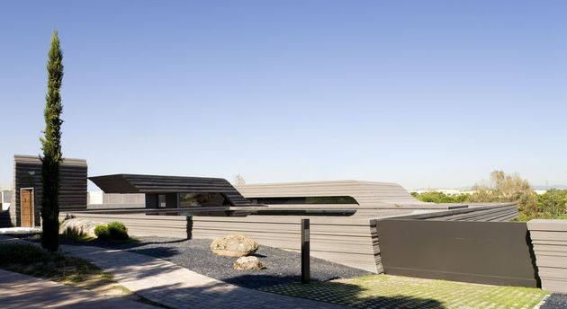 sculptural spacious home 2 pools lake 2 facade thumb 630xauto 47390 Sculptural Home Features Two Pools and a Lake