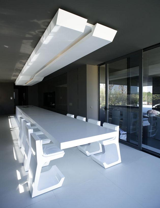 sculptural-spacious-home-2-pools-lake-20-kitchen.jpg