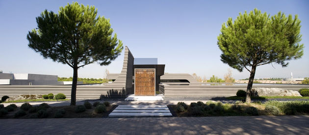 sculptural-spacious-home-2-pools-lake-3-entry.jpg