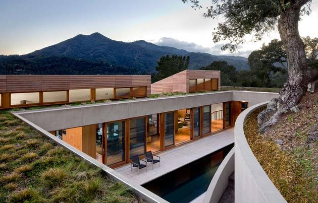 slope house living roof merges hillside 1 living roof thumb 630xauto 46748 Living Roof on Slope House Merges Beautifully with California Hillside