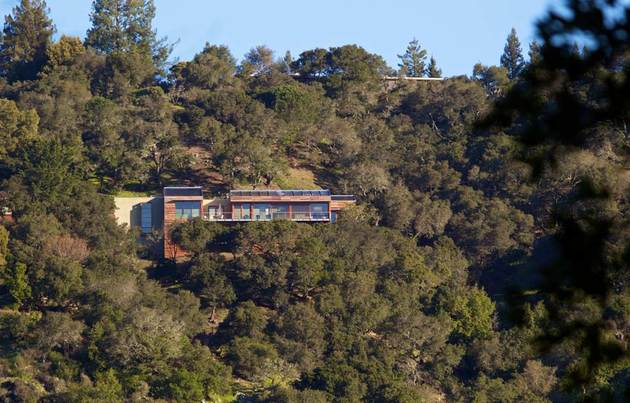 slope house living roof merges hillside 2 site thumb 630xauto 46750 Living Roof on Slope House Merges Beautifully with California Hillside