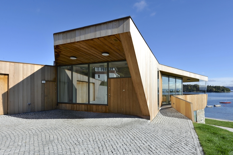 Green Roof Connects Beach House To Land
