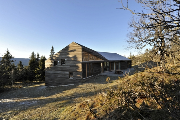 holiday cabin mountains designed landscape contours 2 facade thumb 630xauto 47762 Multi Level Terrain House Design in Norway Mountains