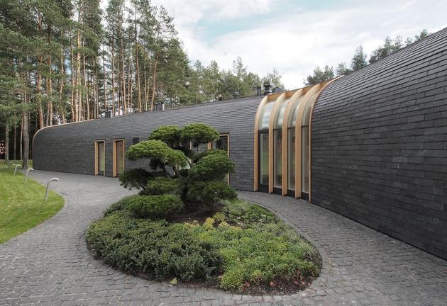 1 storey home continuous roof merges landscape 2 thumb 630xauto 51799 Very Unusual and Very Cool Triangular House in Lithuania