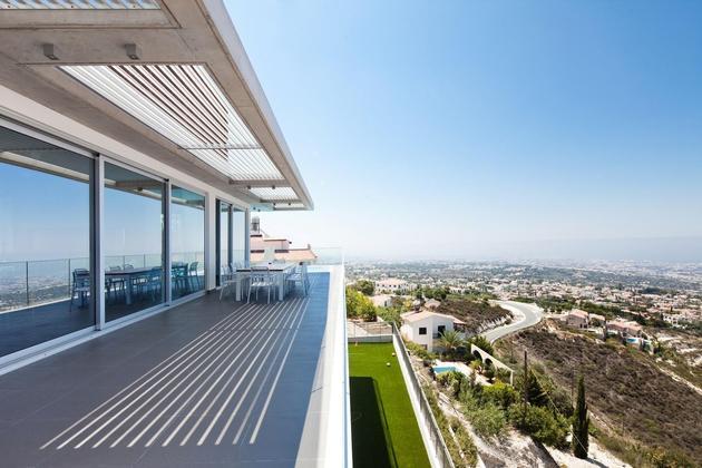 slope-home-steps-down-street-level-rooftop-garage-12.jpg
