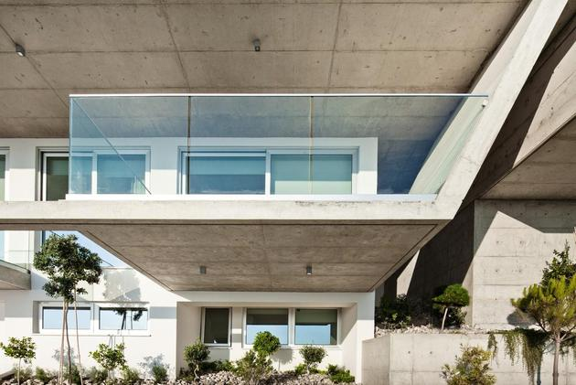 slope-home-steps-down-street-level-rooftop-garage-17.jpg