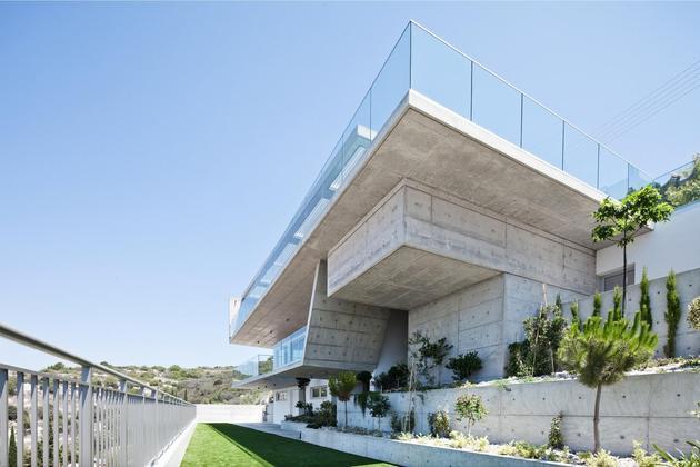 slope-home-steps-down-street-level-rooftop-garage-6.jpg