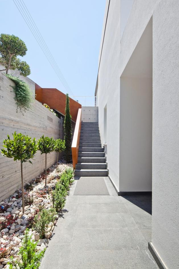 slope-home-steps-down-street-level-rooftop-garage-7.jpg
