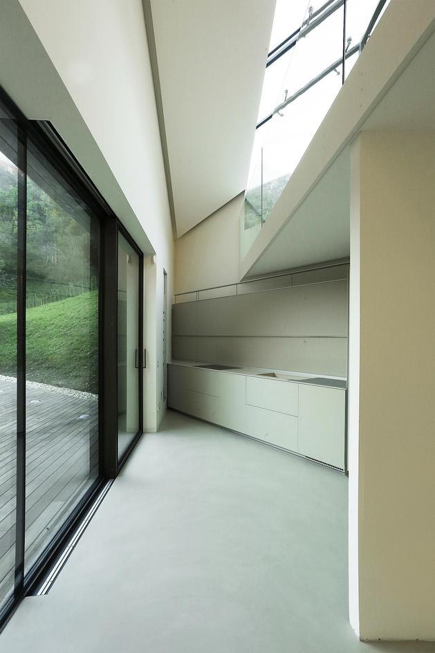 2-story-home-accesses-hillside-both-levels-12.JPG