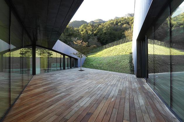 2-story-home-accesses-hillside-both-levels-15.jpg