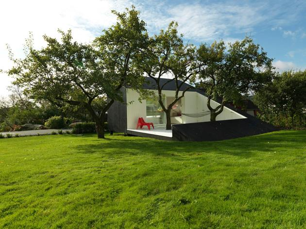 saunders architecture compact guest cabin design around trees 1 thumb 630xauto 53586 Saunders Architecture Designs Compact Guest Cabin Around Plum Trees
