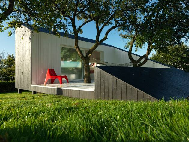 saunders architecture compact guest cabin design around trees 2 thumb 630xauto 53588 Saunders Architecture Designs Compact Guest Cabin Around Plum Trees